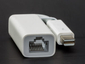Thunderbolt Ethernet -adapteri Macbookeille. © Raimond Spekking / CC BY-SA 4.0 (via Wikimedia Commons)